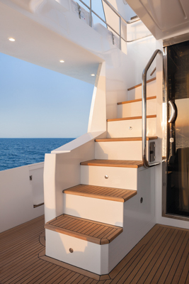 Azimut80-Stairs-to-Flybridge
